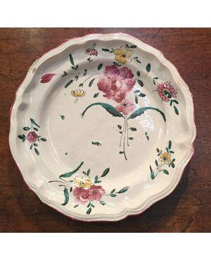 Piatto in maiolica decorato alla rosa.Manifattura lodigiana.Cm 23,5