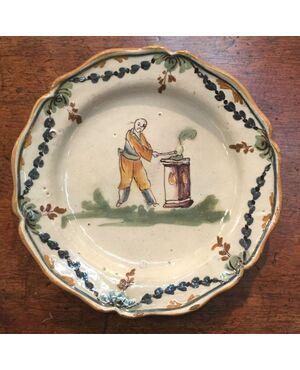 Piatto in maiolica raffigurante personaggio orientale con motivi vegetali sulla tesa.Lodi.