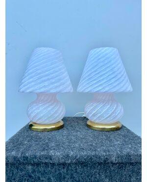 Coppia di lampade in vetro soffiato 'pettinato' lattimo.Murano