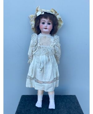 Bambola con testa in bisquit  e corpo in cartapesta.Abiti originali.Firma 1902 e lettera I.
