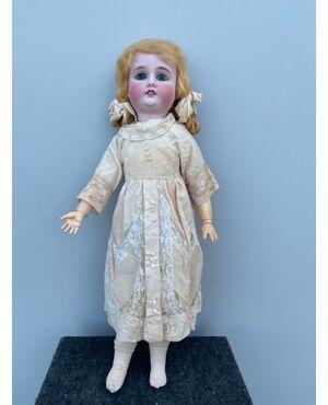 Bambola con testa in bisquit  e corpo in cartapesta.Occhi mobili.Germania