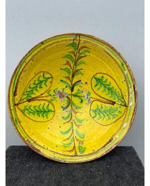 Piatto in ceramica ingobbiato a decoro 'popolaresco' con elementi geometrici stilizzati.'Verso' parzialmente invetriato.Calabria.