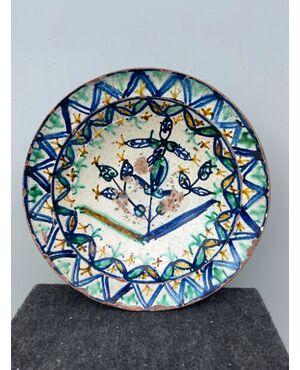 Piatto in ceramica ingobbiato a decoro 'popolaresco' con elementi vegetali stilizzati.Calabria