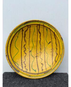 Piatto in ceramica ingobbiato a decoro 'popolaresco' con elementi geometrici stilizzati.Calabria