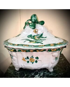 zuppiera in maiolica con rilievi rocaille,decoro a fiori e presa a frutto.Manifattura di Cerreto Sannita.