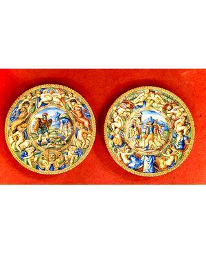 Coppia di piatti in maiolica a decoro istoriato con descrizione scena sul verso.Manifattura Molaroni,Pesaro.