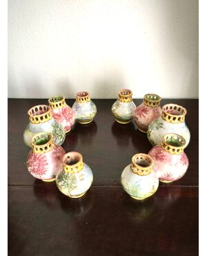 Centrotavola formato da due  serie di vasetti globulari a bordo traforato decorati a paesaggi.Manifattura Minghetti Bologna.