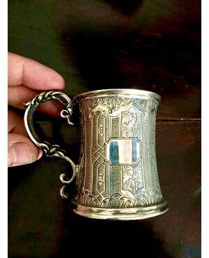 Bicchiere in argento decorato a motivi geometrici e vegetali stilizzati.Punzone di Birmingham 1859.Con scatola originale.