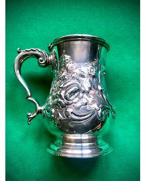 Bicchiere in argento sbalzato con decori floreali,presa rocaille e iniziali incise.Punzone Londra 1865.