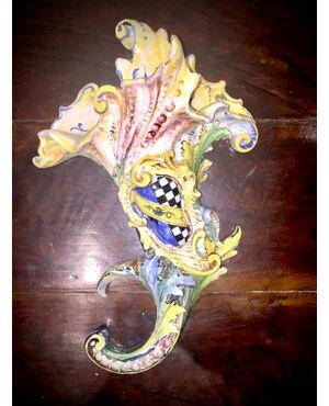 Vaso cornucopia applique con motivi rocaille e stemma nobiliare.Manifattura Minghetti.Bologna.