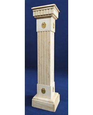 Colonna stile Luigi XVI in marmo bianco e bronzo dorato - Francia XX sec.