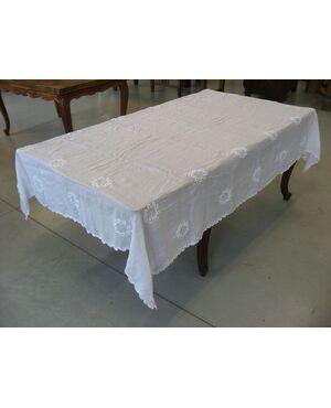 Tovaglia antica in cotone bianca, con intarsi ad uncinetto.