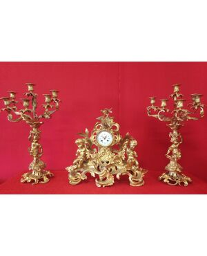 Orologio e Coppia di candelabri in bronzo dorato