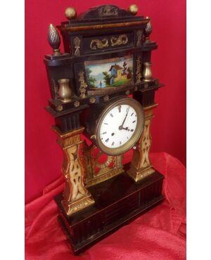 Orologio a pendolo in legno dorato e laccato